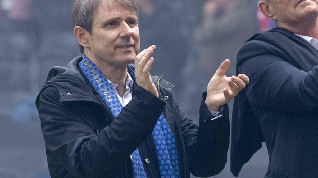 Bernhard Burgener (links) wurde von den Mitgliedern des FC Basel an der Generalversammlung als Präsident bestätigt - wenn auch weniger überzeugend als dies bei Vorgänger Bernhard Heusler jeweils der Fall war