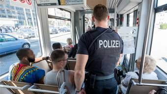 Fahrgast in Schutzweste: Ein Deutscher Bundespolizist bei einer Kontrolle im 8er-Tram nach Weil am Rhein.