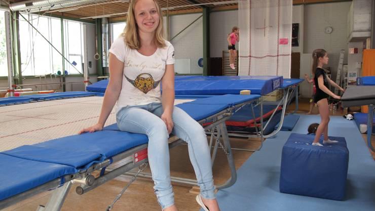 Trampolinspringerin Sylvie Wirth auf ihrem Sportgerät im NKL.  Pensa