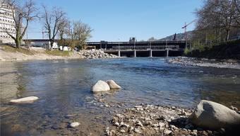 Eine kontrolliere Absenkung des Sihlsees hat am Donnerstagnachmittag zu einem höheren Pegel in der Sihl geführt. Schutz und Rettung warnte die Bewohner vor hohen Wellen.