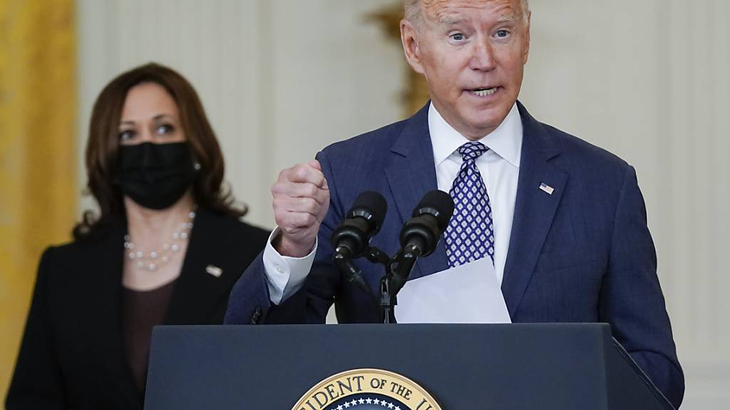 Der US-Präsident Joe Biden äußert sich im Beisein von Vizepräsidentin Kamala Harris zu den Evakuierungen aus Afghanistan. Angesichts der Lage in Afghanistan hat Biden seine Wochenendpläne geändert. Er werde nicht in das Haus der Familie nach Wilmington reisen, teilte das Weiße Haus mit. Foto: Manuel Balce Ceneta/AP/dpa