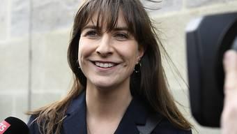 SP-Kandidatin Rebecca Ruiz freut sich: Ihr Gegenkandidat hat sich zurückgezogen - sie ist in die Waadtländer Regierung gewählt.