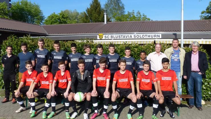 Die C-Junioren des SC Blustavia mit Staff und Sponsoren vor dem Clubhaus.