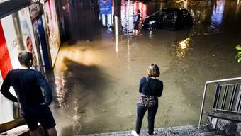 Mitte Juni suchte ein heftiges Unwetter Lausanne heim. Der sintflutartige Regen führte zu Überschwemmungen von zahlreichen Strassen, Wohnhäuser und Geschäften. (Archiv)