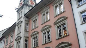 Sanierungsobjekt: Das Rathaus in Lenzburg bedarf einer Sanierung von Fassaden und Dach, die Dietschi-Stiftung hilft. (hh)