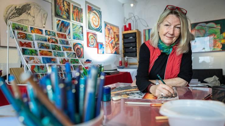 Ihre Bilder sind unter anderem von Pflanzen und Steinen inspiriert: Mariann Wiederkehr zeichnet mit Farbstiften und Kreide.