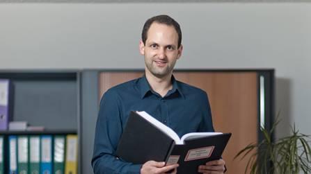 Michael Urben blättert in alten Protokollauszügen. Emanuel Freudiger