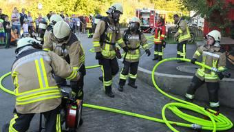 Vor vielen Winznauer Zuschauern demonstrierte die Ortsfeuerwehr den Löschaufbau und den Einsatz des Atemschutzes bei einem Schreinerei-Brand.