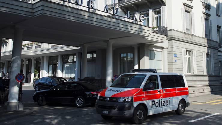 Ein Polizeiauto vor dem Hotel Baur au Lac in Zürich.