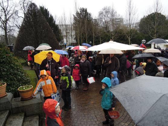 Kinder und Eltern kamen trotz des Regens zur Ostereiersuche in die Langmatt