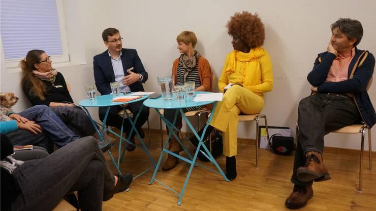 Diskussionsleiterin Judith Bühler (Mitte) mit ihren Gästen (von links): Nora Howald, Muris Begovic, Yvonne Apiyo Brändle-Amolo und Markus Bärtschiger.