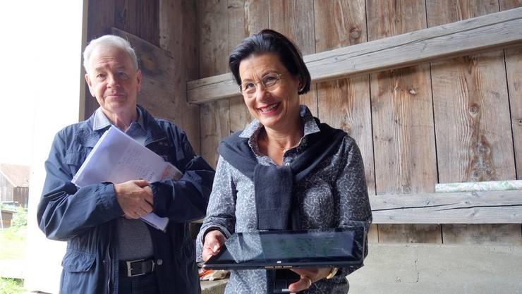 Yvonne Notter-Hertlein präsentiert auf der Sinser Holzbrücke den digitalisierten Freimäterweg, links Peter Hägler, «Vater» des 192 Kilometer langern Kulturweges durch die Bezirke Bremgarten und Muri.