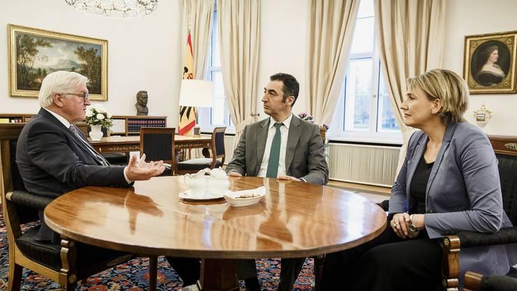 Bundespräsident Frank-Walter Steinmeier im Gespräch mit den Grünen Cem Oezdemir und Simone Peter.