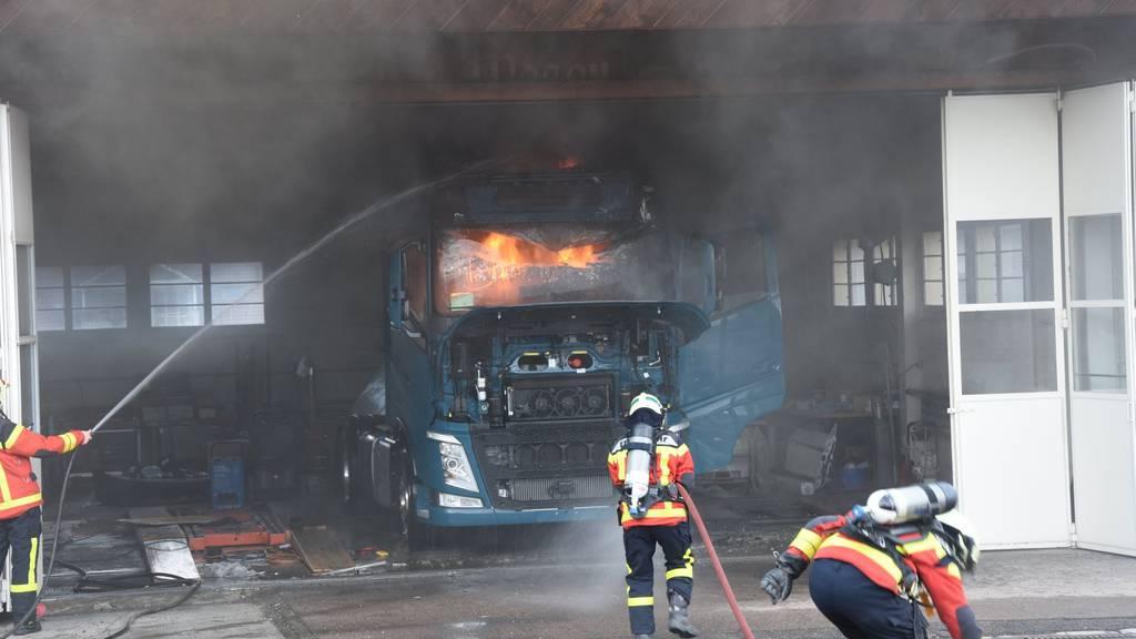 Die Lastwagenkabine geriet in Vollbrand.