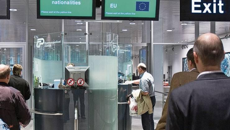 Freie Ein- und Ausreise: Vor der Passkontrolle am Flughafen gibts wohl bald wieder Schlangen.
