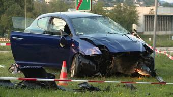Bei einem Verkehrsunfall am Montagabend kollidierte bei Thayngen (SH) ein Personenwagen mit einem Findling. Die Autolenkerin zog sich unbestimmte Verletzungen zu.