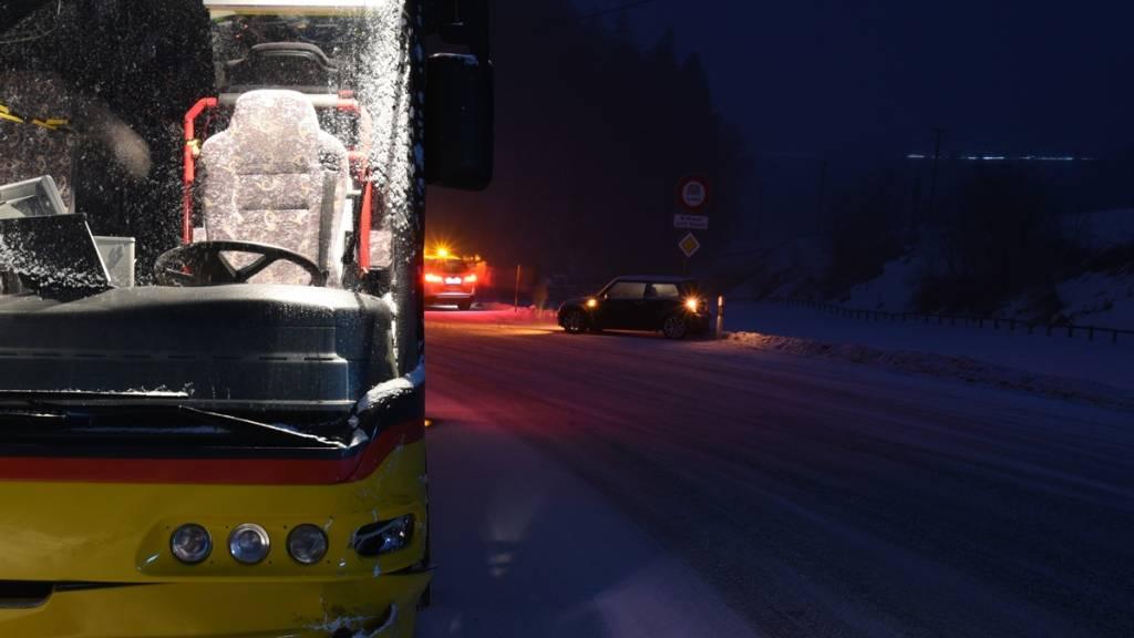 Auto auf Schleuderfahrt kollidiert mit Postauto