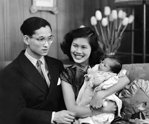 Das thailaendische Koenigspaar Bhumibol Adulyadej und Sirikit Kitigakara mit ihrer Tochter Ubol Ratana, die am 5. April 1951 in der Mont-Choisi Klinik in Lausanne geboren wurde.