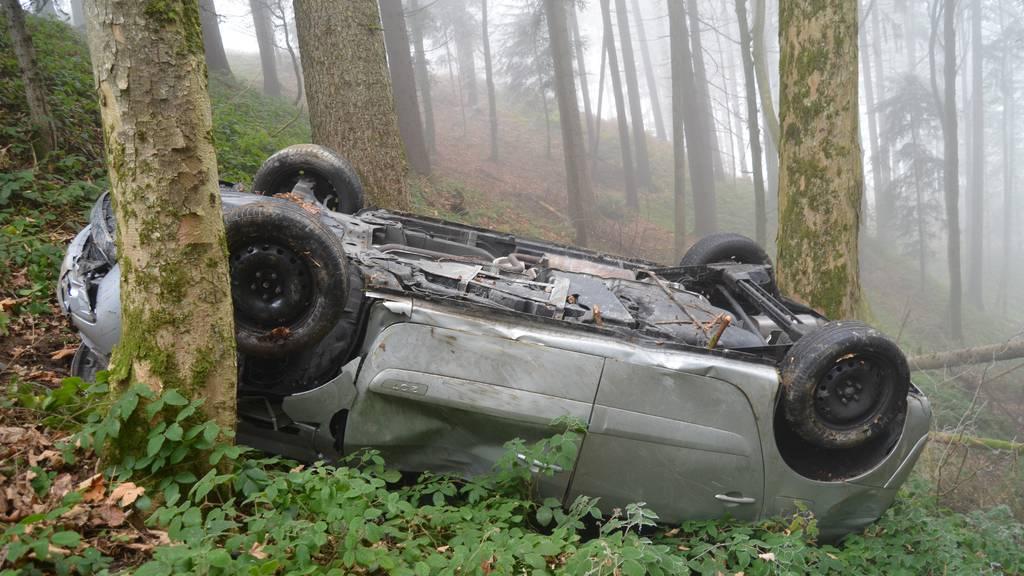 Lenker baut Selbstunfall – Auto überschlägt sich mehrfach