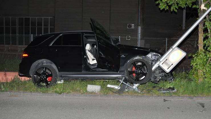 Beim Einbiegen in die Dorfackerstrasse verlor der Lenker die Kontrolle über sein Fahrzeug.