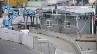 Noch ist das Dach der neuen Velostation am Bahnhof nicht ganz fertig. Dafür ist die Container-Werkstatt für den Veloservice schon deutlich erkennbar.