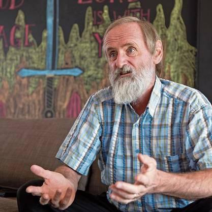 Pfarrer Norbert Valley in den Räumlichkeiten der Freien Evangelischen Gemeinde Murten.