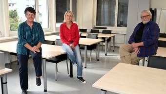 Von links: Heidi Eggimann, Gaby Tissot und Res Bur in den Räumlichkeiten der VHS.