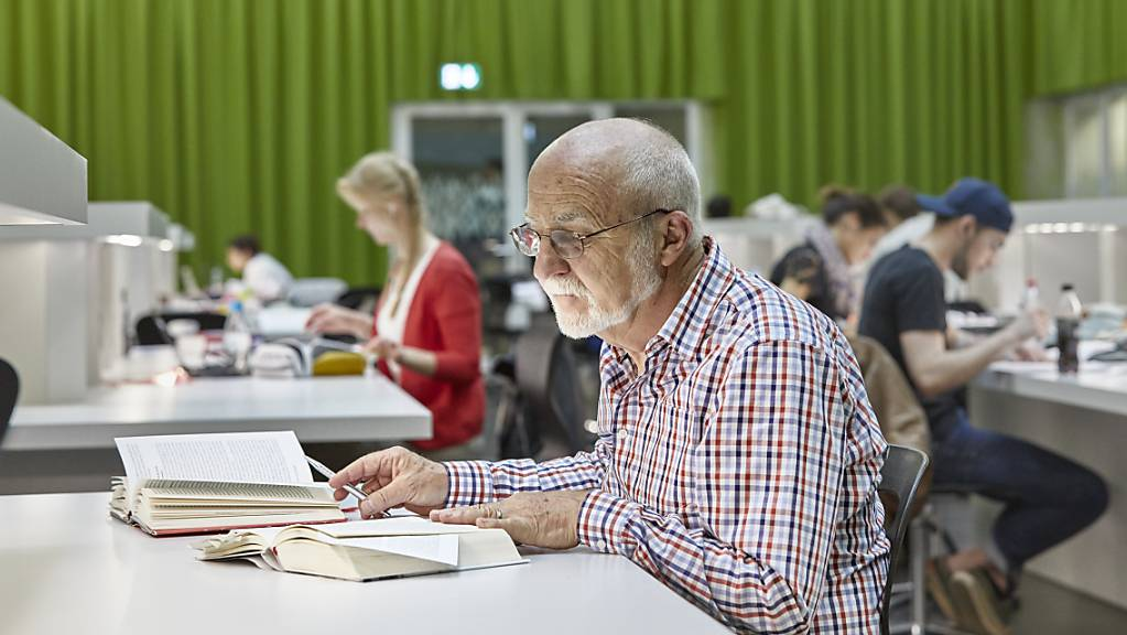 Ein Pensionierter lernt in der Bibliothek der Universität Luzern: Der Hunger nach Bildung ist auch im Alter noch gross. (Symbolbild)