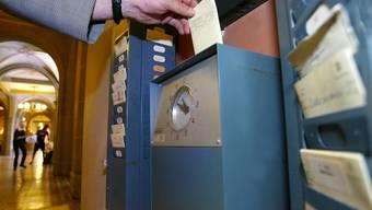 Die mechanischen Stempeluhren sind am Aussterben, doch die Arbeitszeit erfassen müssen immer noch die meisten Angestellten. (Symbolbild)