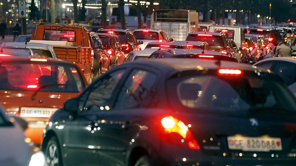 Verkehrsstau in Genf: Eine vom Städteverband vorgestellte Studie befasst sich mit automatisierten Fahrzeugen auf Schweizer Strassen. (Themenbild)
