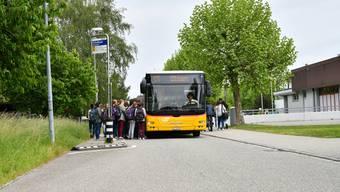 Während der obligatorischen Schulzeit übernimmt er die Transportkosten
