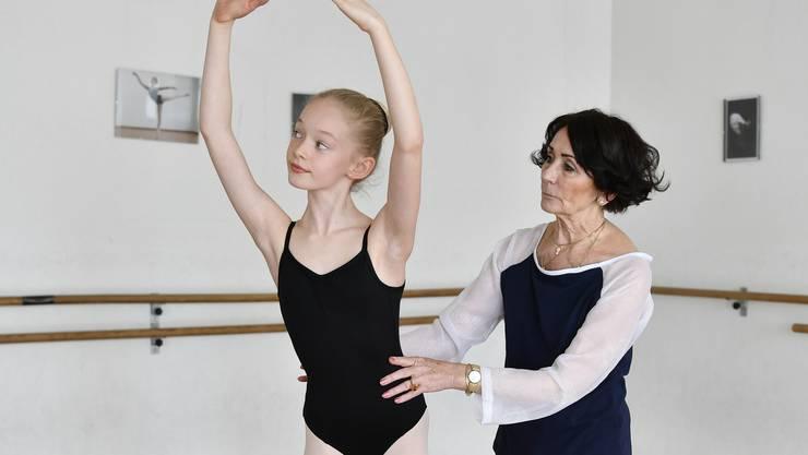 Barbara Bernard (hier mit Schülerin Cléa Guerry) wird ausgezeichnet. (Archiv)