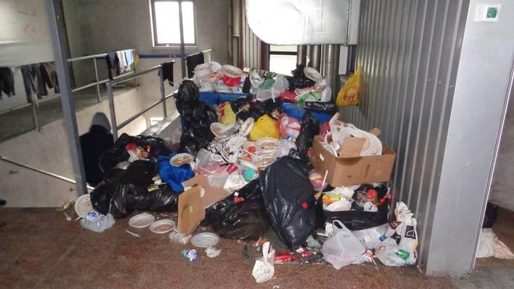 In Velika Kladusa liegt der Abfall unweit der Schlafplätze.