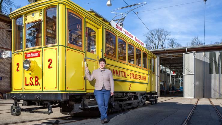 Sarah Lüssi, Leiterin des Tram-Museums in Zürich, vor der historischen Limmattal-Strassenbahn.