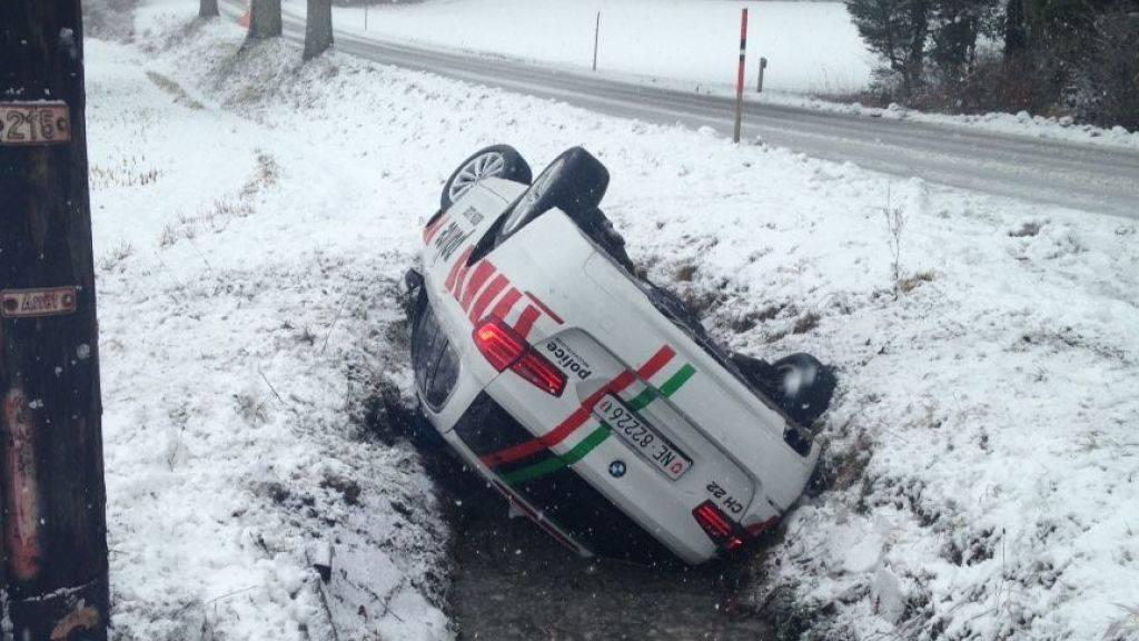 Der Streifenwagen landete im Strassengraben.