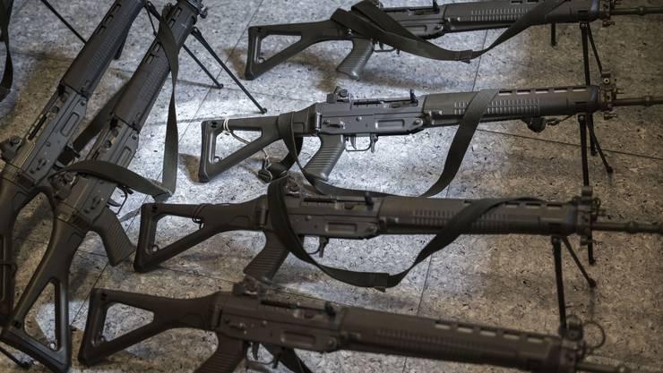 2017 exportierten Schweizer Firmen Waffen im Wert von 446,8 Mio. Fr. in 64 Staaten – 8% mehr als im Jahr zuvor. Diese Waffenexporte machten 0,15% der Schweizer Gesamtexporte aus. Wichtigstes Empfängerland war Deutschland vor Thailand, Brasilien und Südafrika. Im Bild: Schweizer Sturmgewehre auf dem Waffenplatz Thun.
