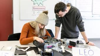 Céline Utt und Leo Merino besuchen den Freikurs Medienkompetenz. In dieser Lektion entdecken die angehenden Logistiker die Komponenten eines Computers.