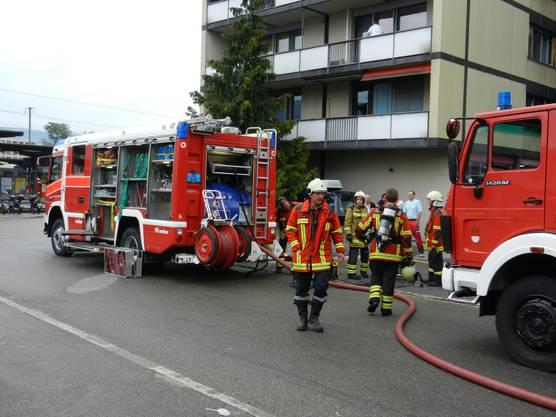Die Stützpunktfeuerwehr Solothurn ist am Brandplatz vor Ort