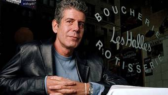 "Der letzte Woche verstorbene Koch und Moderator Anthony Bourdain. Am Montag widmeten ihm U2 bei einem Konzert im Apollo Theater zum Gedenken den Song ""Stuck in a Moment You Can't Get Out Of"". (Archivbild)"
