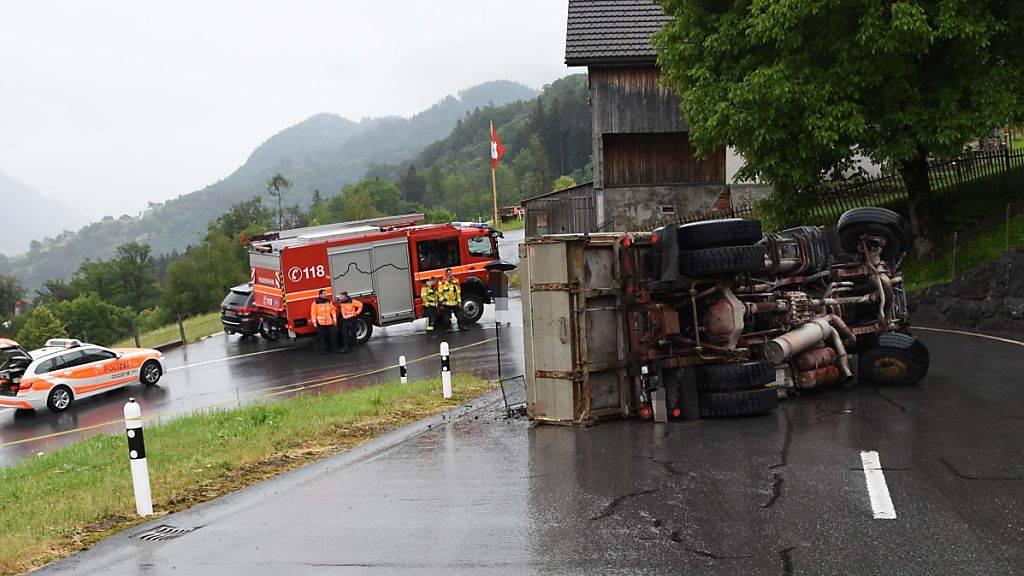 Umgekippter Lastwagen blockiert Strasse