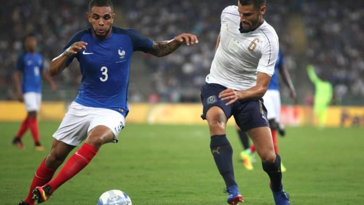 """Er sorgte für ein Stück """"Fussballgeschichte"""": Frankreichs Spieler Layvin Kurzawa (links) löste den ersten Videobeweis-Einsatz bei einem Länderspiel aus."""