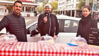 Luca Consenti (links) und Arianna Arcos Blanco unterstützen die Aktion von Sven Kunz (Mitte).