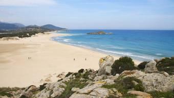 Der Südküste entlang reihen sich smaragdfarbene Strände (im Bild Su Giudeu in Chia). Foto: Sardegna Turismo/Elisa Locci/Shutterstock