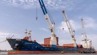 Rostiger Anblick am Islandkai in Bremerhaven: Havariertes Frachtschiff, das der Bund letztes Jahr an Kanadier verkaufte.