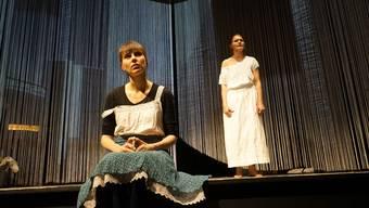 Nadine Schwitter (vorne) und Sandra Utzinger spielen im Stück «verdeckt» die Angeklagte Verena Lehner.