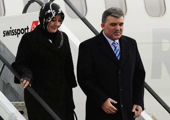 Abdullah Gül und seine Frau steigen aus dem Flugzeug.  (Foto: Steffen Schmidt/Keystone)