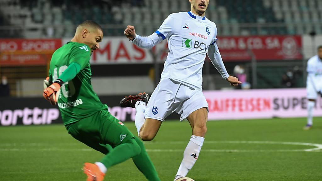 Aldin Turkes macht Druck auf Luganos Goalie Noam Baumann - später scheidet Lausannes Topskorer mit einer schweren Verletzung aus