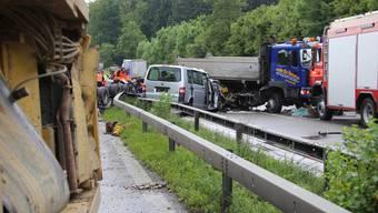 Der Lastwagen mit blauem Führerstand raste durch die Mittelleitplanke. Der graue Minibus prallte frontal in den Lastwagen. 12 Personen verletzten sich insgesamt.