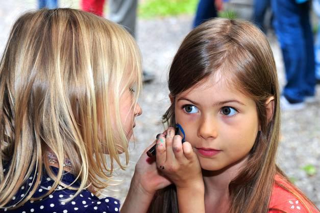 Schön stillhalten! Irina schminkt Ronja.