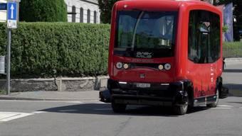 Berns autonomer Kleinbus ist rot - wie die grossen Busse von Berns städtischen Verkehrsbetrieben Bernmobil.